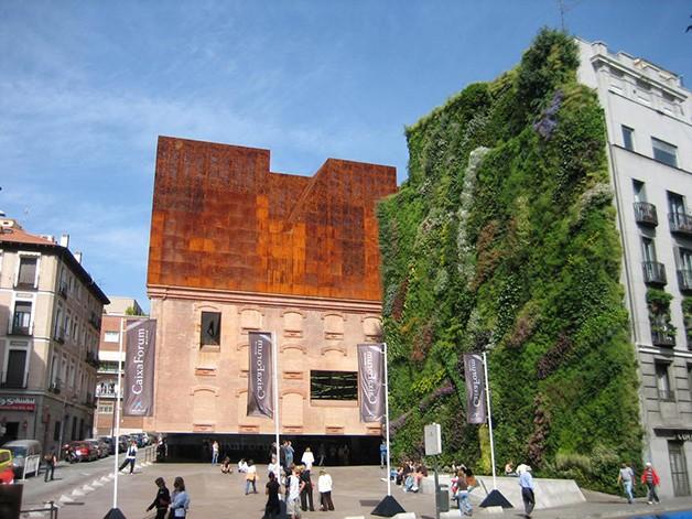 Verde Madri Conheça Patrick Blanc, um botânico que constrói vegetação em fachadas e paredes de vários prédios ao redor do mundo