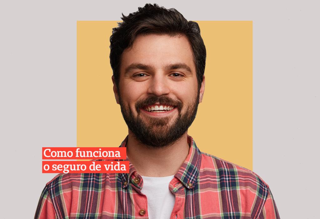 homem de barba e cabelo curto usando uma camisa xadrez vermelha e azul sorrindo de costas para um fundo laranja com escritas em vermelho: como funciona o seguro de vida