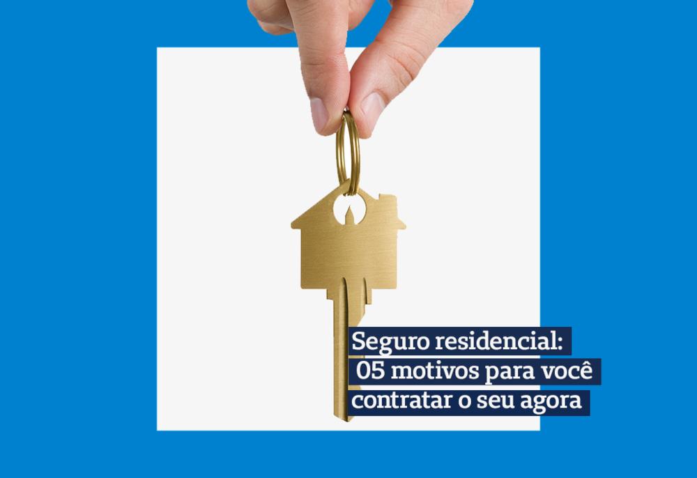imagem de uma mão segurando uma chave enquandrada em um fundo branco e azul